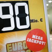 Werbeschild für den mit 90 Millionen Euro gefüllten Eurojackpot. DieGewinner sind eine Tippgemeinschaft aus Finnland. Foto: Martin Gerten