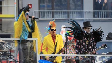 Campino (l) und die Toten Hosen beim Rosenmontagszug in Düsseldorf. Foto: Marcel Kusch