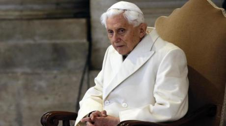 Der emeritierte Papst Benedikt XVI. sieht sich am Ende seines Lebens - und sehnt sich nach Bayern. Für Reisen ist er zu schwach, doch bayerische Süßspeisen gibt es auch im Vatikan.