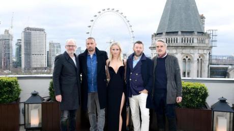 Francis Lawrence (l-r), Matthias Schoenaert, Jennifer Lawrence, Joel Edgerton und Jeremy Irons stellen ihren Film «Red Sparrow» in London vor. Jennifer Lawrence wollte ihr Versace-Kleid nicht mit einem Mantel verhüllen.