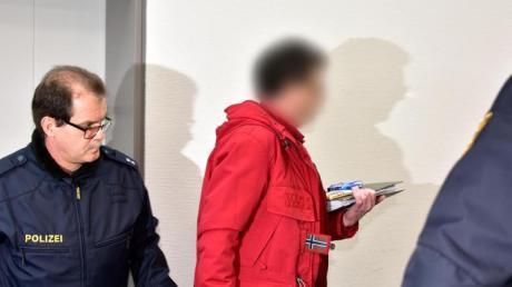 Ein 53-jähriger Angeklagter (M) wird zu seinem Platz im Ingolstädter Landgericht geführt.