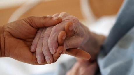 Dem Hilfspfleger wird der Mord an einem 87-Jährigen durch Insulin vorgeworfen. Foto: Oliver Berg/Symbol