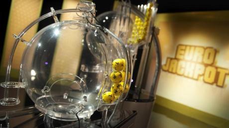 Ziehungsgerät im Eurojackpot-Ziehungsstudio im finnischen Helsinki. Ein Lottospieler aus Berlin hat den Eurojackpot mit gut 42 Millionen Euro geknackt. Foto: Sanna Liimatainen/WestLotto