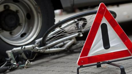 Eine Radfahrerin stürzte in Neusäß nach einem Verkehrsunfall..