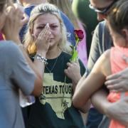 Eine Frau wischt sich nach dem Schulmassaker in Santa Fe Tränen aus dem Gesicht. Foto: Stuart Villanueva, The Galveston County Daily News