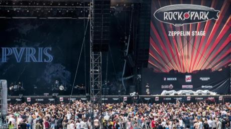 Beim Musikfestival Rock im Park feiern die Fans auch am Samstag fröhlich. Das Wetter spielt mit. Foto: Nicolas Armer