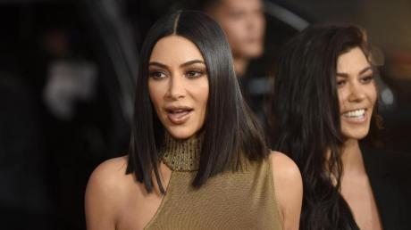 Kim Kardashian West (l) und ihre Schwester Kourtney haben Millionen gescheffelt.