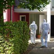 Beamte der Spurensicherung am Tatort in Offenburg. Hier wurde in einer Arztpraxis ein Mediziner erstochen und eine Mitarbeiterin schwer verletzt. Foto: Benedikt Spether
