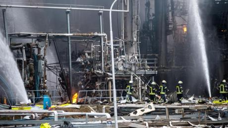 Großeinsatz nach einer Explosion auf dem Raffineriegelände von Bayernoil. Foto:Lino Mirgeler