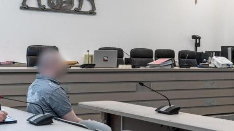 Der Angeklagte im Gerichtssaal des Ingolstädter Landgerichts. Der 29-Jährige soll im November 2017 eine Behördenmitarbeiterin fünf Stunden lang mit einem Messer bedroht haben. Foto: Armin Weigel
