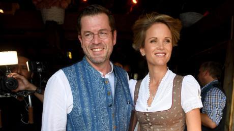 Ihr schönstes Lächeln zeigenPolitiker Karl-Theodor zu Guttenberg und seine Frau Stephanie zu Guttenberg. Die beiden wohnen auf einem Anwesen nahe von New York City.