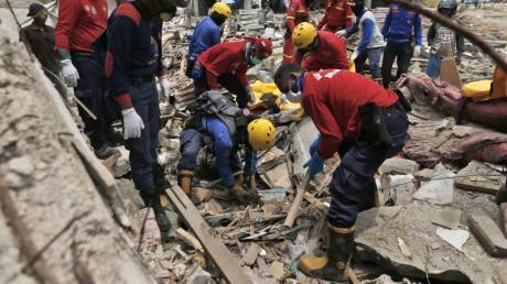 Feuerwehrleute auf der Suche nach Verschütteten.