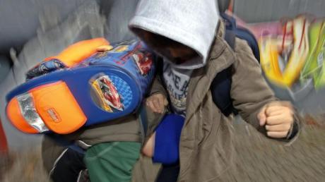 Zwei Schüler schlagen sich auf einem Schulhof. In Ländern, in denen die körperliche Bestrafung von Kindern verboten ist, prügeln auch die Jugendlichen weniger. Foto: Oliver Berg/Symbolbild