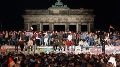 10.11.1989:Jubelnde Menschen auf der Berliner Mauer am Brandenburger Tor. Foto: Wolfgang Kumm