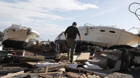 Trümmer und angespülte Yachten in Rapallo in der norditalienischen Region Ligurien. Foto: Antonio Calanni/AP