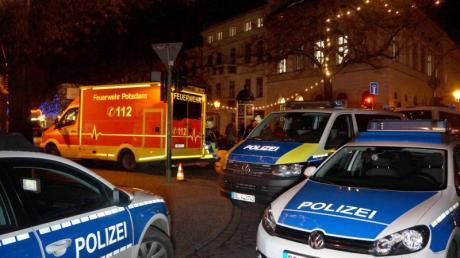 Polizisten sperren die Straßen um einen Weihnachtsmarkt in der Potsdamer Innenstadt ab.