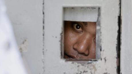 Zellentür in einem indonesischen Gefängnis:Dem auf Bali festgenommenen Deutschen droht die Todesstrafe.