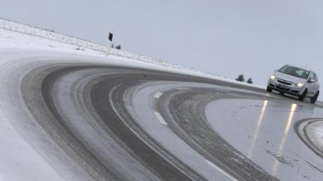 Auf mit  Schneematsch bedeckte Straße müssen sich Autofahrer in Bayern einstellen.