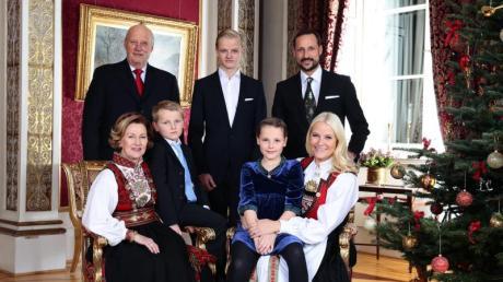 Königin Sonja, König Harald, Prinz Sverre Magnus, Marius Borg Hoiby, Prinzessin Ingrid Alexandra, Kronprinz Haakon and Kronprinzessin Mette-Marit (l-r) im Königspalast 2013. Foto: Haakon Mosvold Larsen