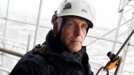 Ein Job in luftiger Höhe: Wolfgang Schmitz auf einem Gerüst des Nordturms der Kathedrale.