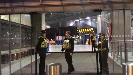 Am Bahnhof Victoria Station hatte ein Mann drei Menschen mit einem Messer verletzt.
