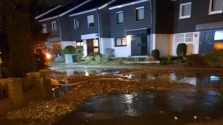 Ein Wasserrohrbruch im Ruhrgebiet hat mehr als 200.000 Menschen kurzzeitig von der Wasserversorgung abgeschnitten. Foto: Feuerwehr Mülheim an der Ruhr
