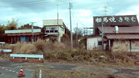 Verlassene Häuser in der nach wie vor zur Sperrzone erklärten Stadt Okuma Machi. Niemand kann hierher zurück, in den verlassenen Straßen und Grundstücken wuchert das Unkraut.