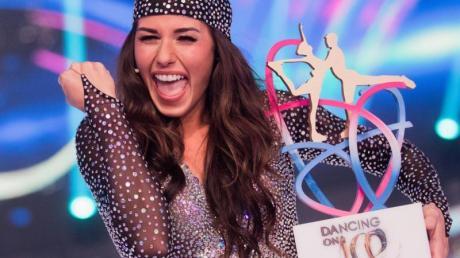 Sarah Lombardi im Finale der SAT.1-Show «Dancing on Ice» mit dem Siegerpokal.