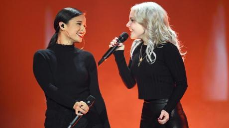 Das Duo S!sters beim Vorentscheid für den Eurovision Song Contest «Unser Lied für Israel» auf der Bühne.
