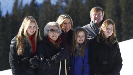 Familienfoto: König Willem-Alexander der Niederlande (2.v.r) mit seiner Familie, Mutter Prinzessin Beatrix (2.v.l), Ehefrau Königin Maxima (M) und den Töchtern Prinzessin Amalia (l), Prinzessin Ariane (3.v.r) und Prinzessin Alexia (r).