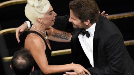 Bradley Cooper gratuliert Lady Gaga für ihren Oscar-Gewinn.