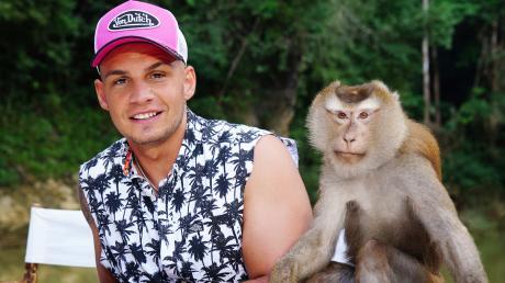 Jurymitglied Pietro Lombardi mit einem Affen am dritten Set des Auslands-Recalls in Thailand am Jungle River im Khao Sok Nationalpark.