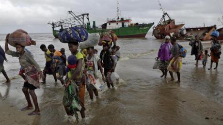 Familien kommen, nachdem sie 200 Kilometer vor Beira, aus einem überschwemmten Gebiet mit dem Boot gerettet wurden, am Strand an. Foto: Themba Hadebe/AP