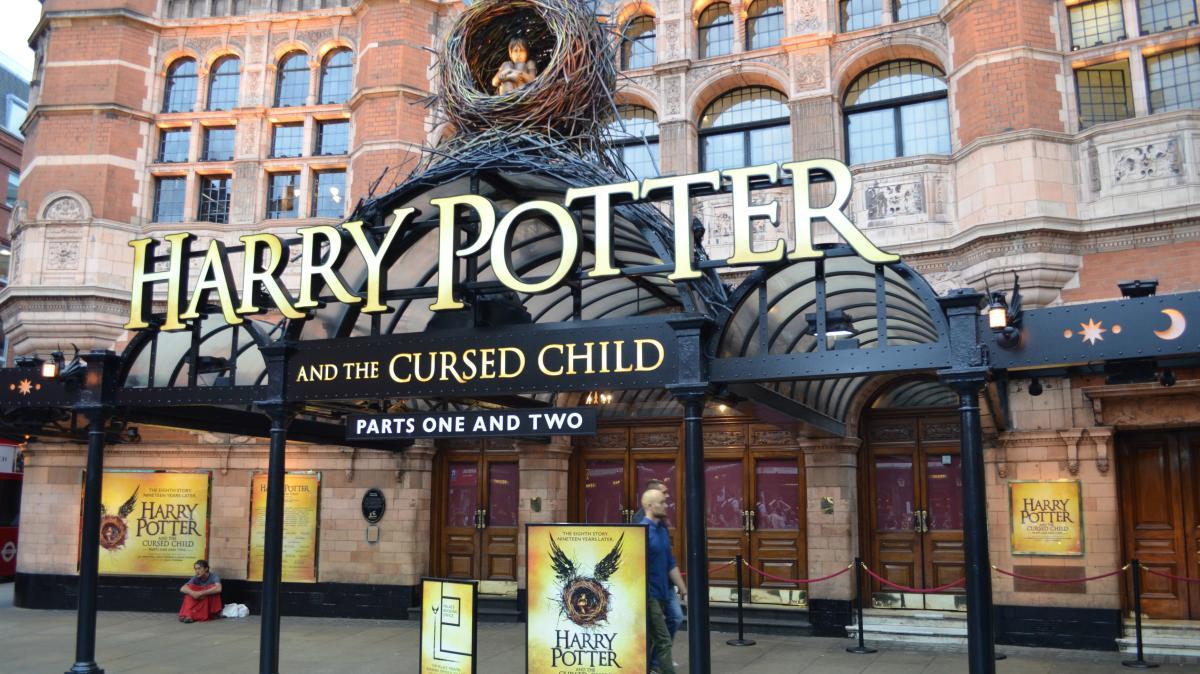 Harry Potter Im Theater Harry Potter Fans Mussen Fur Theaterstuck Tief In Tasche Greifen Augsburger Allgemeine