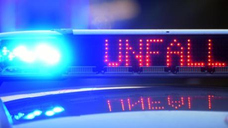 Auf einem Polizeifahrzeug warnt eine Leuchtschrift vor einer Unfallstelle. Foto: Stefan Puchner/Symbol