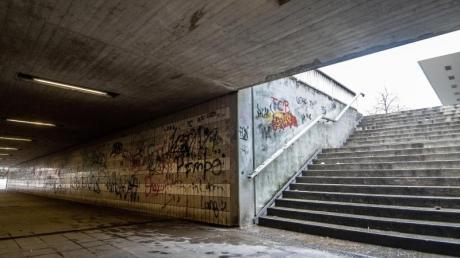 Straßenunterführung nahe dem Amberger Bahnhof: Vier junge Asylbewerber haben in der oberpfälzischen Stadt wahllos Passanten geschlagen und damit eine Debatte über straffällige Flüchtlinge ausgelöst. Foto: Armin Weigel