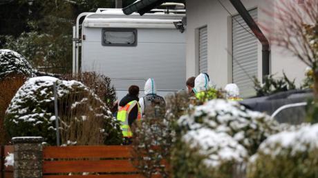 Dezember 2017: Polizisten und Mitarbeiter der Spurensicherung auf dem Anwesen des ermordeten Ehepaars in Schnaittach. Hier hatte ein Mann mit einem Hammer seine Eltern getötet.