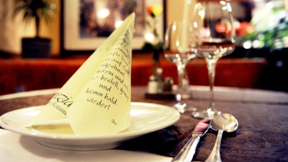 Die Häfte der Bundesbürger geht mindestens einmal im Monat ins Restaurant. Foto: Daniel Reinhardt/Illustration