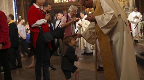 Erzbischof Aupetit erwies den Feuerwehrleuten während seiner Predigt eine besondere Ehre. Foto: Francisco Seco/AP