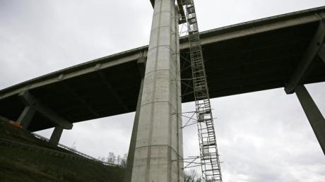 Die Hälfte der A45-Autobahnbrücke soll mitsamt der bis zu 66 Meter hohen Pfeiler verschoben werden.