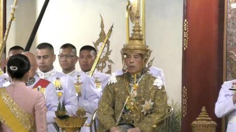 Thailands König Maha Vajiralongkorn trägt bei einer feierlichen Zeremonie seiner Krönung am Samstag 4. Mai 2019 in Bangkok die Krone, die er sich zuvor selber aufgesetzt hat.