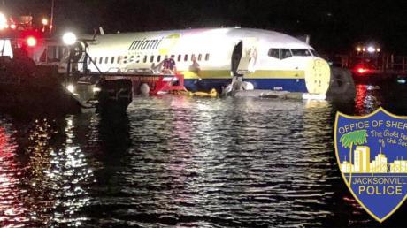 Dieses vom Jacksonville Sheriff's Office zur Verfügung gestellte Bild zeigt die Rettungskräfte neben dem havarierten Flugzeug im Wasser. Foto:Jacksonville Sheriff's Office/AP