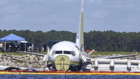 Havarierte Boeing 737 im St.-Johns-Fluss bei Jacksonville. Der vom US-Militär gecharterte Passagierjet ist bei schlechtem Wetter von der Landebahn ins Wasser gerutscht. Foto: Gary Mccullough/AP