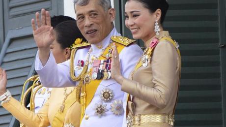 König Maha Vajiralongkorn, mit Beinamen Rama X, von Thailand neben seiner Frau, Königin Suthida, in Bangkok.
