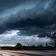 Gewitterfront über einer Landstraße. Foto: Marcel Kusch