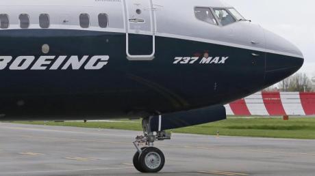 Ein Pilot winkt aus der Pilotenkabine einer Boeing 737 MAX 9. Foto: Ted S. Warren/AP