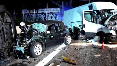 Bei einem Unfall zertrümmerte Autos und Kleinlaster stehen auf der Autobahn 5 bei Erzhausen. Gaffer und eine fehlende Rettungsgasse erschwerten die Einsatzarbeiten.