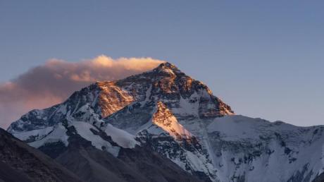 Wegen der schwierigen Witterungsbedingungen kann die Spitze des Mount Everest nur wenige Wochen im Frühjahr bestiegen werden.