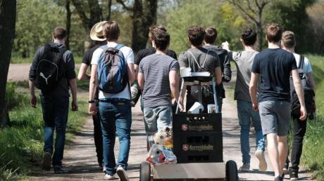 Mit einem mit Bier gefüllten Bollerwagen durchs Dorf ziehen -für viele Männer hat das Tradition am Vatertag.