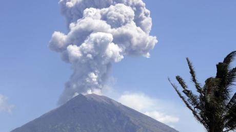Immer wieder hält der Vulkan Agung die Menschen auf Bali mit kleineren und mittleren Eruptionen in Atem.